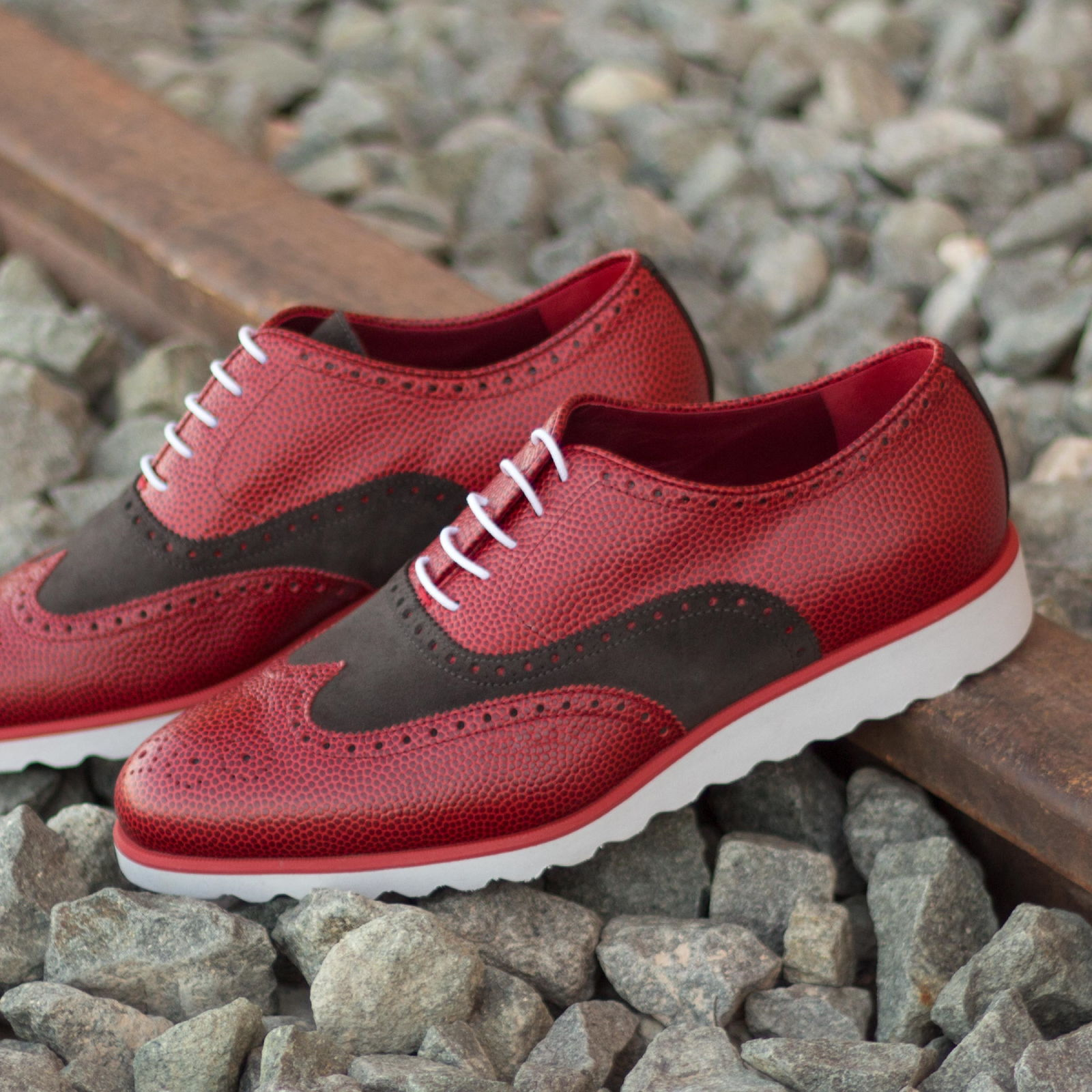 Full brogue grey lux suede + red pebble grain : 240€